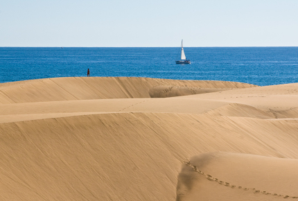 Large_dunes_flank_the_idylic_Maspalomas